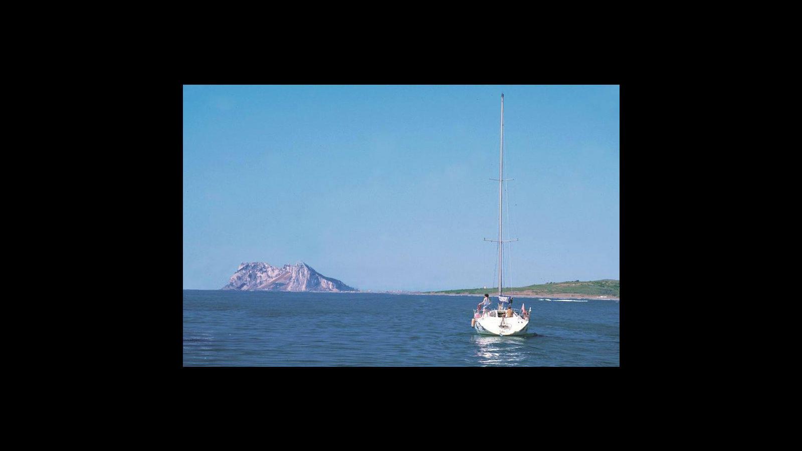 Vistas del Peñón de Gibraltar desde las aguas de Sotogrande