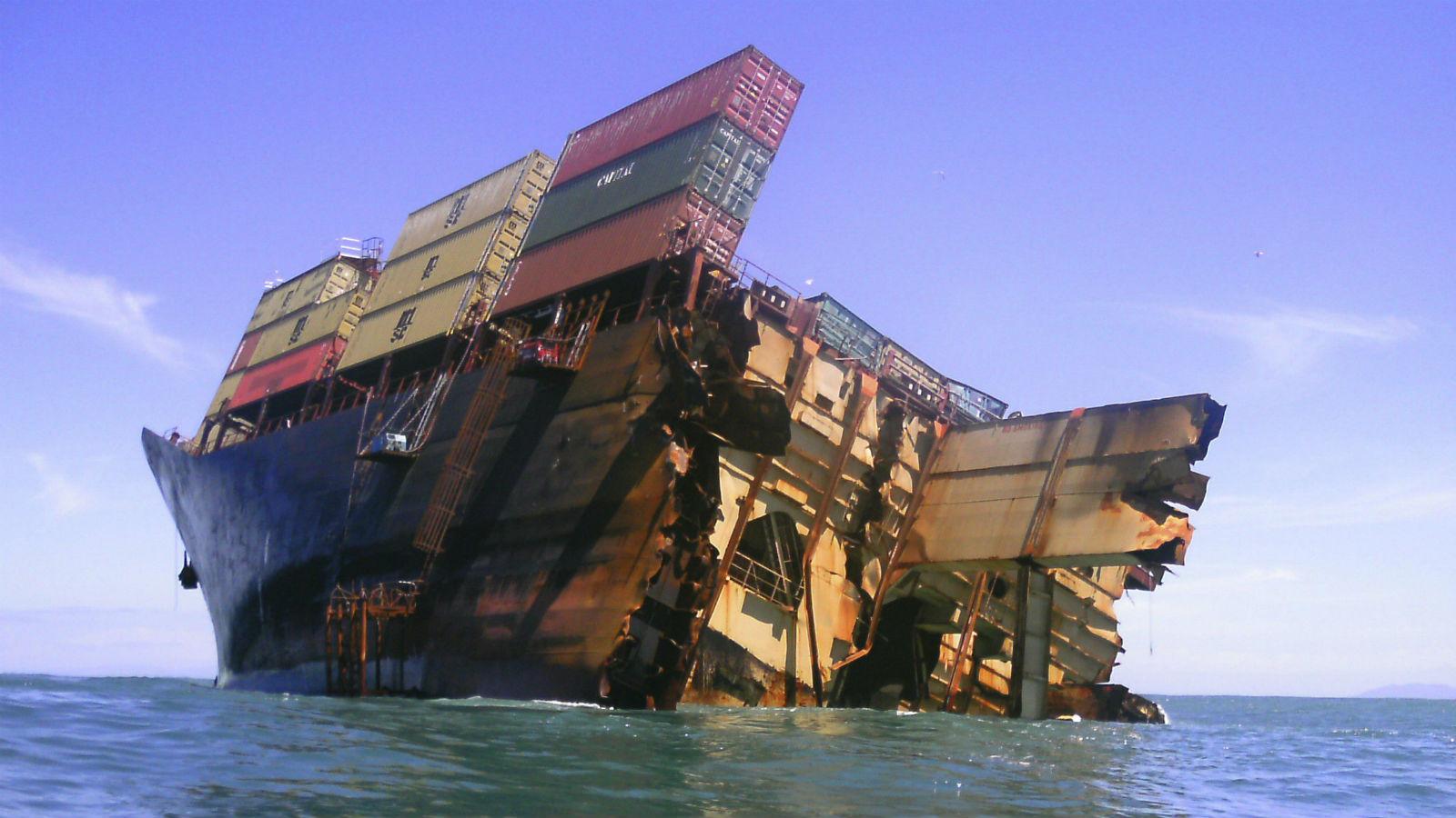 Un barco contenedor se hunde frente a las costas de nueva zelanda abc internacional - Contenedores de barco ...