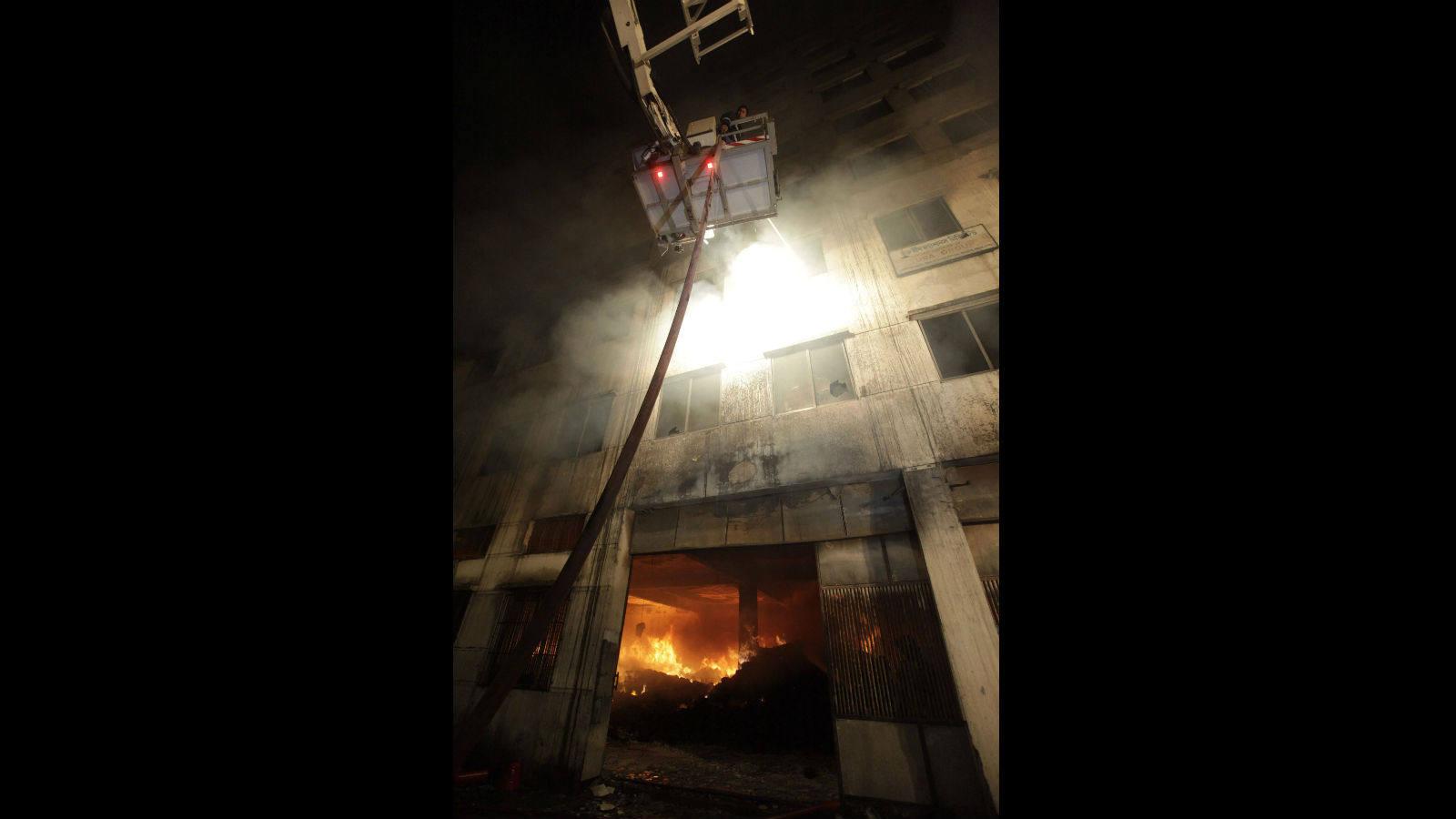 bb7aad22c9c15 Al menos 120 muertos en un aparatoso incendio en una fábrica textil de  Bangladesh - Internacional - ABC.es