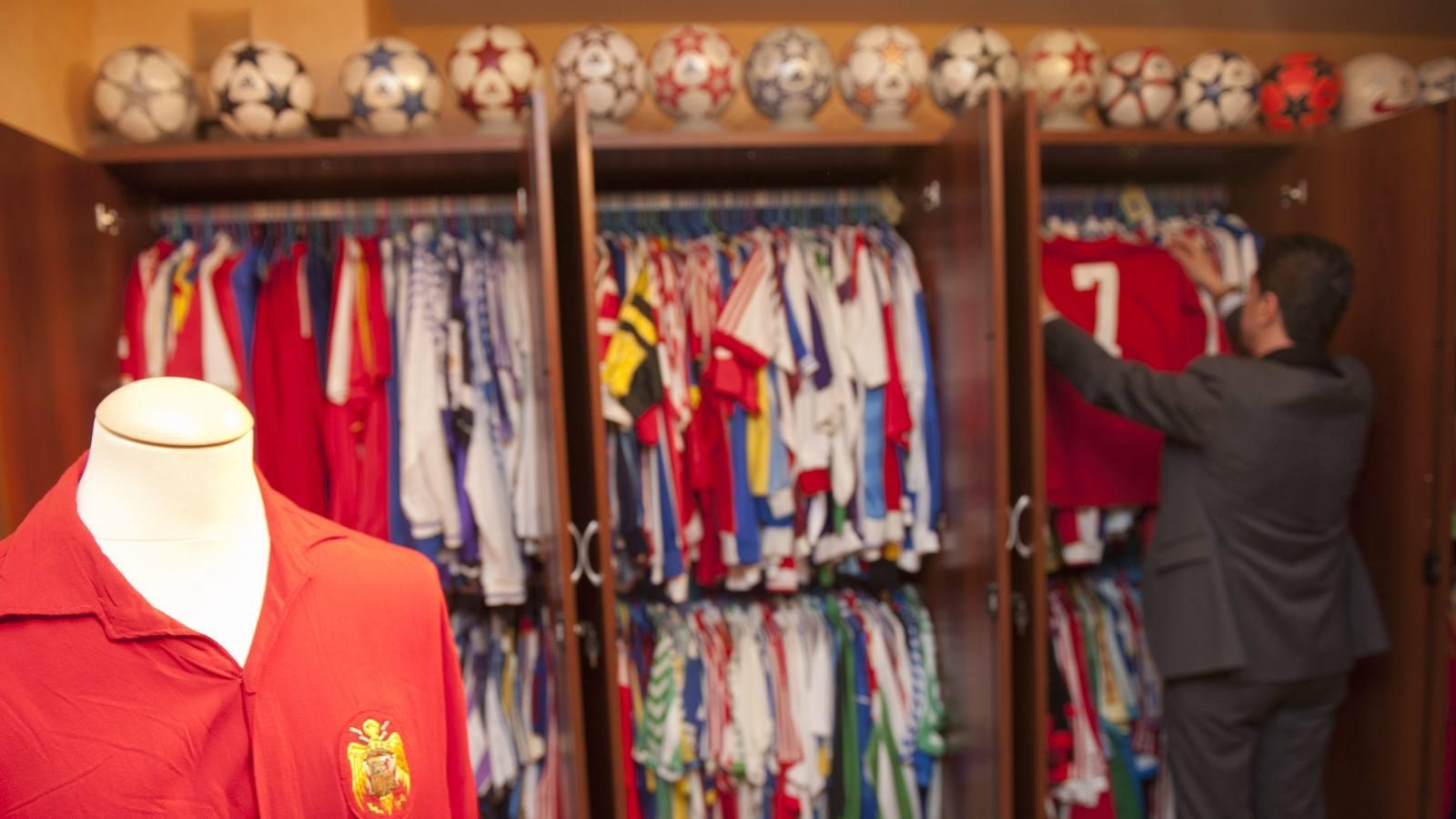El mayor coleccionista español de camisetas de fútbol desvela a ABC su  museo privado - Deportes - ABC.es 59d21ea04fa